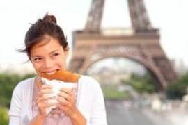 Parigi Ragaza Mangia Panino Sotto la Tour Eifel