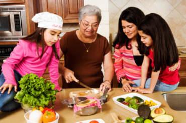 Nonna in cucina con i nipoti