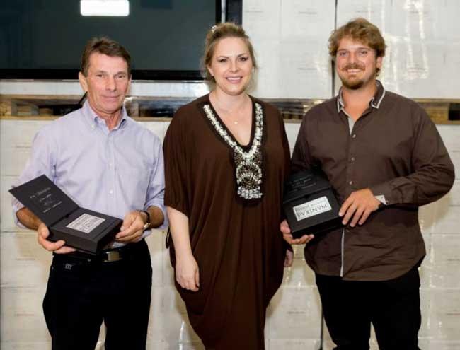 Rosanna-Carpene-con-i-viticoltori-Merotto-e-Tormena-durante-la-premiazione