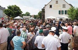 FREIBIER – Birra gratis per tutti: molta gente e un'atmosfera di festa intorno alla fontana della birra Bitburger
