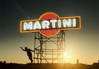 L'iconica insegna di MARTINI si illumina ora tra i grattacieli di piazza Gae Aulenti di Milano