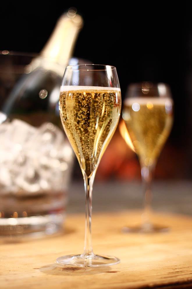 bassa_Due-flute-di-champagne,-bottiglia-e-secchiello.--Fototeca-CIVC