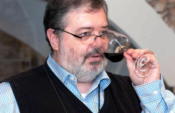 L'autore Daniele Cernilli intento a degustare un bicchiere di vino