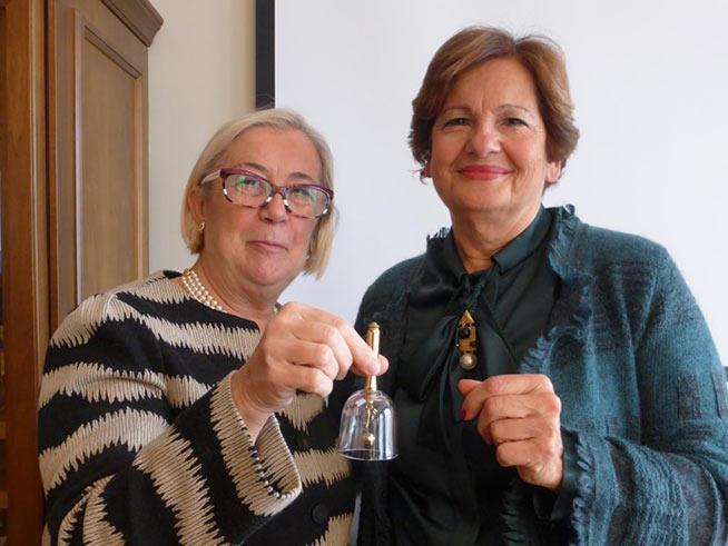 """Donatella Cinelli Colombini (sinistra) con il presidente uscente di """"Le Donne del Vino"""" Elena Martusciello"""