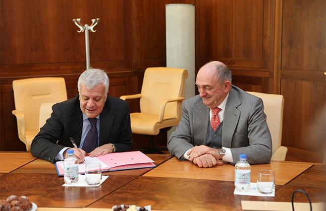 Gian Luca Galletti ministro dell'ambiente con Enrico Zoppas Presidente di San Benedetto