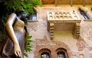 B334C6 Statue of Juliet under the balcony, Casa Capuletti, Verona, Italy