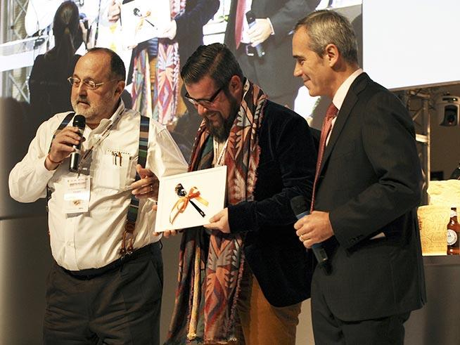da sinistra Paolo Marchi - Eugenio Boer, che premiato - Alfredo Pratolongo, vice presidente Fondazione Birra Moretti