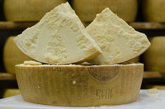 parmigiano-reggiano-formma-tagliata-e-pezzi