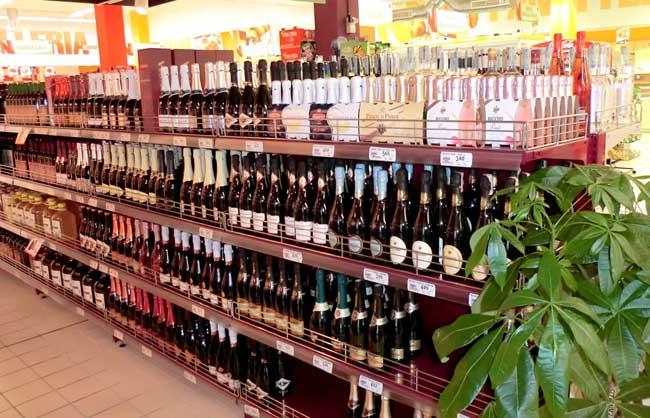 scaffalature-per-bottiglie-vino-in-supermercato