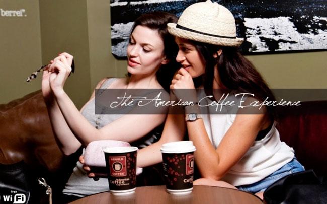 arnold-caffè-ragazze-al-tavolo