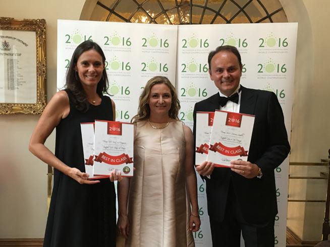 """Camilla e Matteo Lunelli con la Finlandese """"Sparkling wine specialist"""" Essi Avellan mostrano i nuovi riconoscimenti di Spumante Ferrari"""