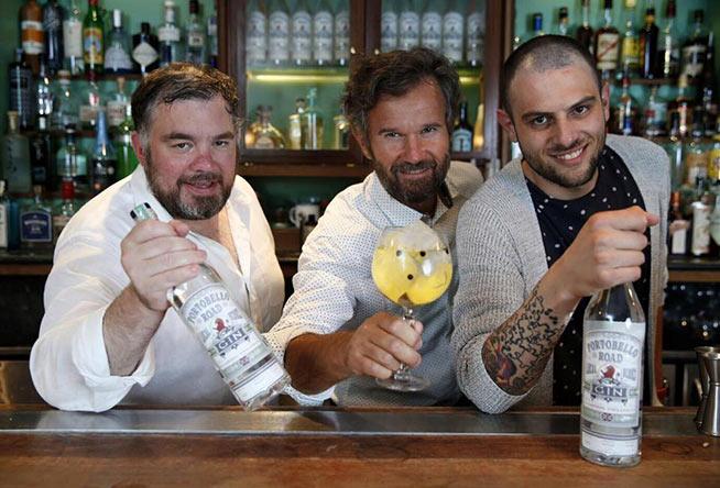 Carlo Cracco, Filippo Sisti barman capo di Carlo e Camilla in Segheria e il distillatore del gin Dave mostrano Portobello Road Gin