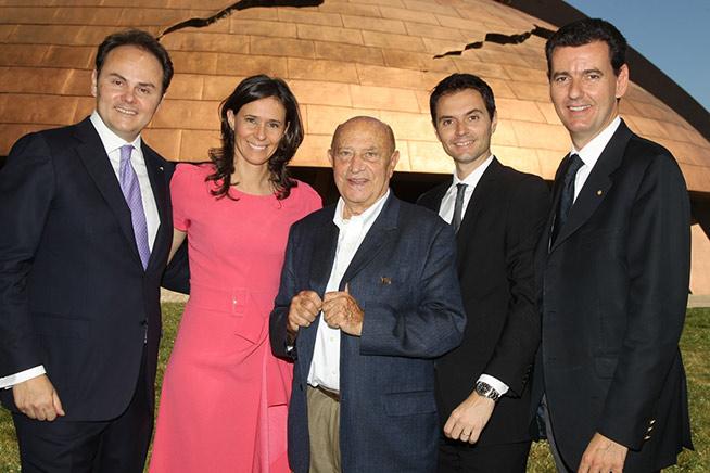 Matteo, Camilla, Alessandro e Marcello Lunelli con il Maestro Arnaldo Pomodoro davanti al carapace