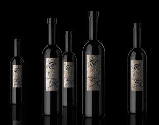 Le etichette in sasso dei vini valtellinesi Plozza: un packaging unico al mondo