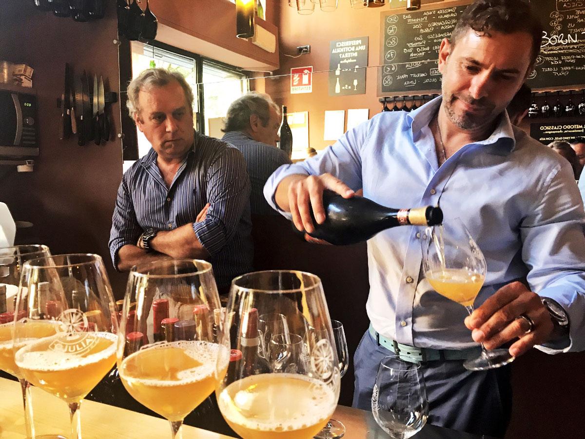 Marco Zorzettig di Birra Gjulia sulla destra e Maurizio Maestrelli giornalista esperto di settore alla degustazione verticale presso il locale La Cieca di Milano