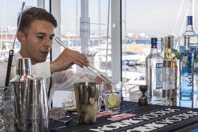 la preparazione del cocktail Zignum Experience