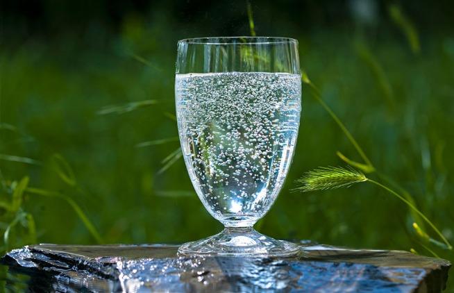 Mineralwasser bicchiere
