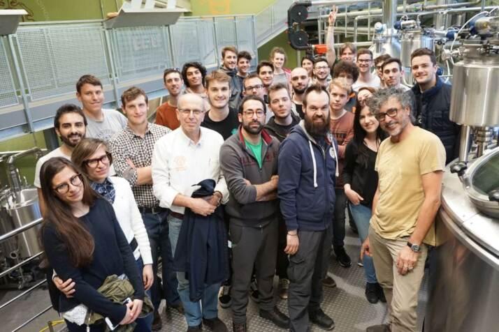 Gli studenti con, al centro da sinistra, Stefano Buiatti, Paolo Passaghe, Stefano Bertoli e Teo Musso