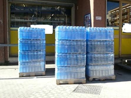 Acque in bottiglia esposte al sole per la vendita: un reato secondo la Cassazione