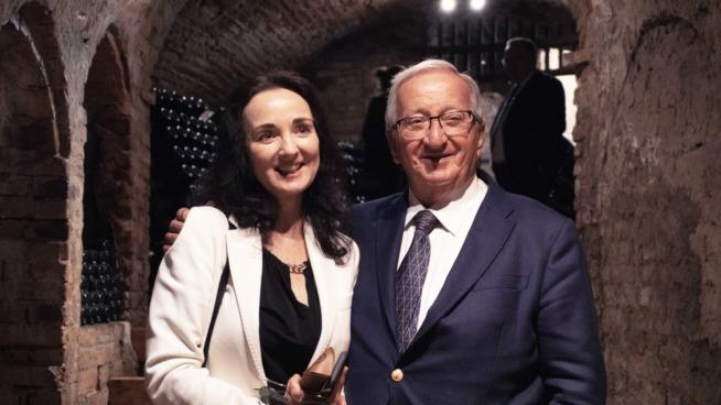 La giornalista Kerin O'Keefe con Italo Stupino di Castello di Neive