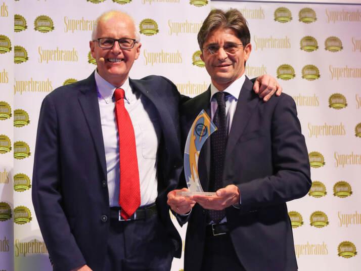 Vincenzo Tundo Direttore Marketing e Trade Marketing Italia del Gruppo San Benedetto ritira il premio Superbrands 2019