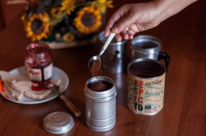 Costadoro - Riempimento del filtro della caffettiera Napoletana con il caffè macinato