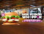 Burger King riapre e, per aiutare il distanziamento, propone il panino con tre strati di cipolla