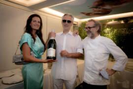 Veronica e Andrea Bocelli con Massimo Bottura mostrano il Rosé Grand Reserve di Comte de Montaigne_Photo Credits Lorenzo Montanelli