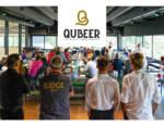 Qubeer presenta le birre all'inaugurazione del birrificio in compagnia di Kuaska