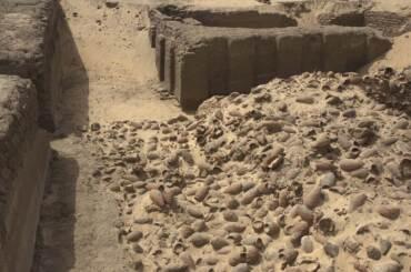 Particolare del deposito mostrato nella foto a sinistra. Foto di Robert Fletcher per Abydos Archaeology ©