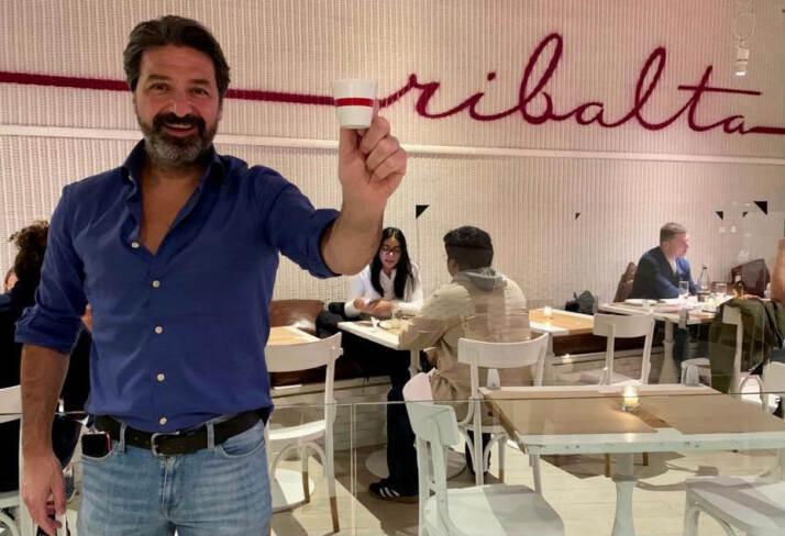Rosario Procino, fondatore del ristorante pizzeria Ribalta di New York, dove si serve il caffè Trucillo nella tazza pennellata con il rosso del logo