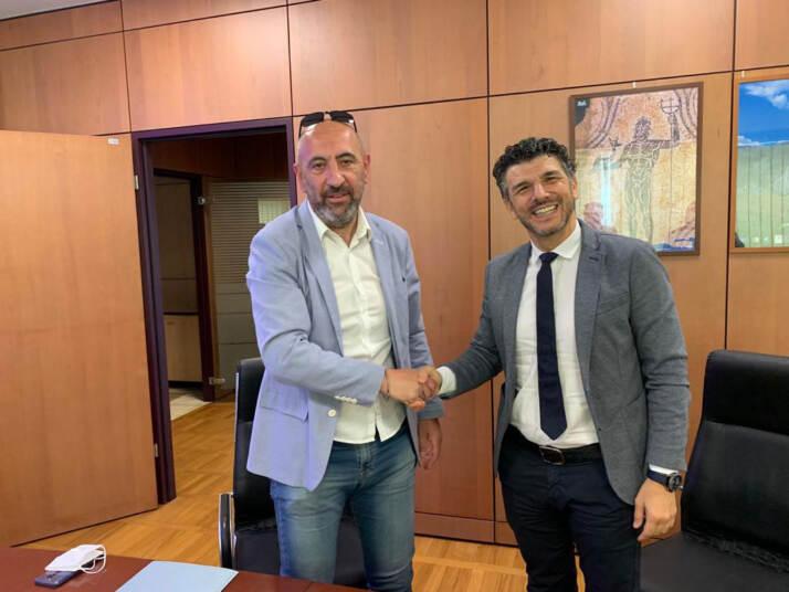 da sinistra il sindaco di Popoli Concezio Galli con Relmi Rizzato, direttore RisorseUmane del Gruppo Acqua Minerale San Benedetto