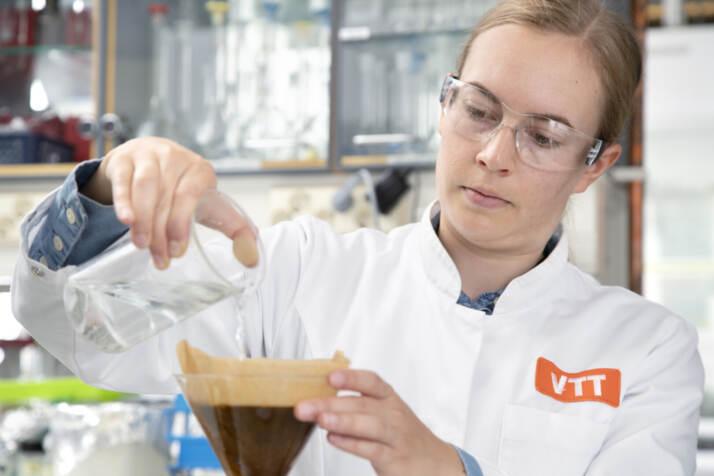 Elviira Kärkkäinen prepara il caffè al VTT laboratory